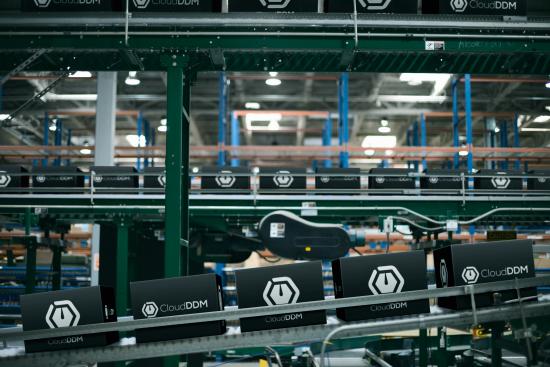 De 3D geprinte onderdelen, verpakt en al, in het logistieke centrum van UPS, dat direct aan de 3D printfabriek is gekoppeld.