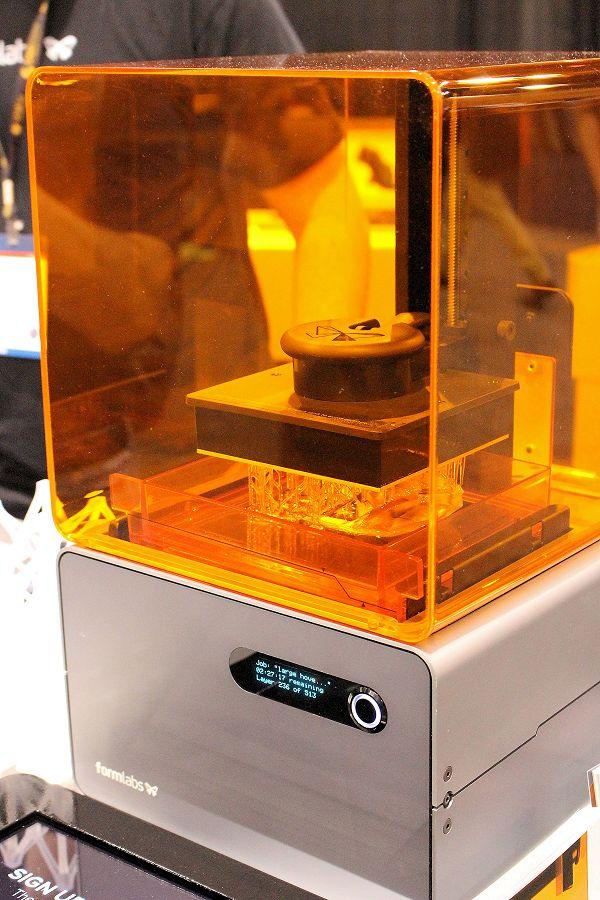Een van de printtechnieken die onder andere wordt onderzocht, is VAT-polymerisatie oftewel DLP-technologie.