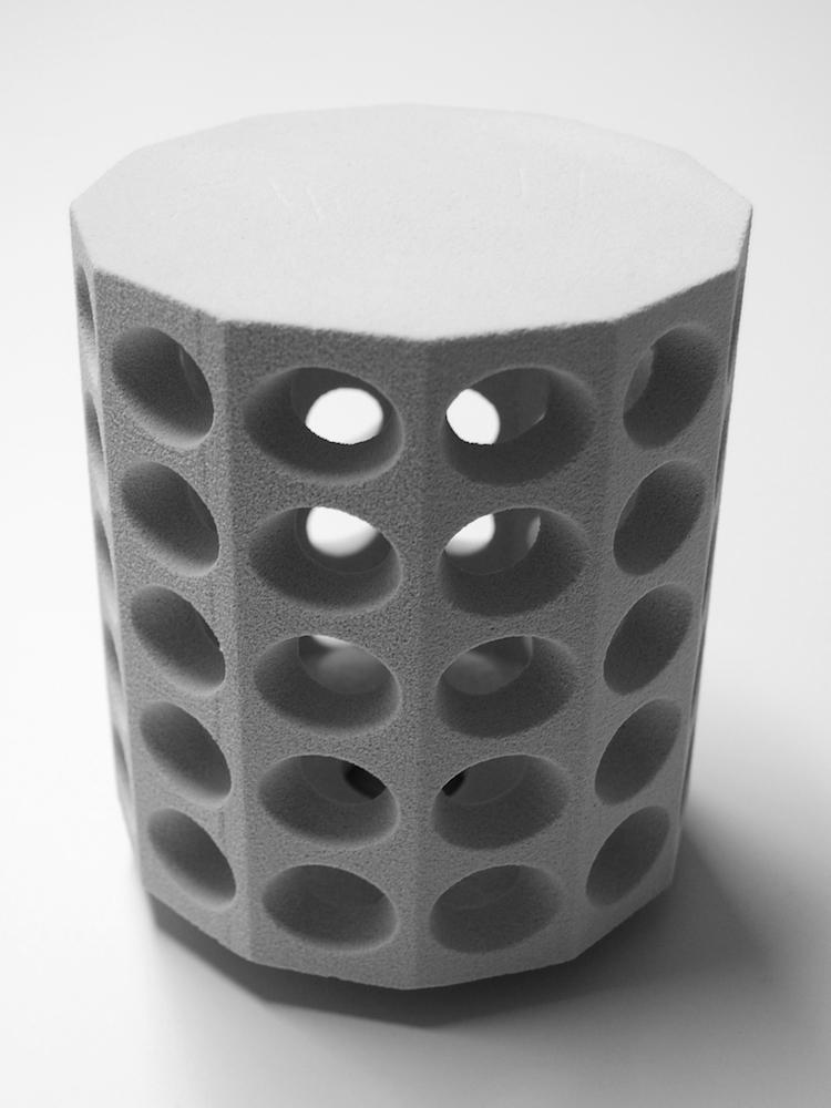 Een betonnen lamp uit de 3D printer.