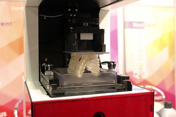 Een van de hoofdthema's van 3DPrintEU is het 3D printen voor medische toepassingen. Op de foto de 3D printer voor dentale toepassingen, ontwikkeld door TNO, Dent en PrintRise.