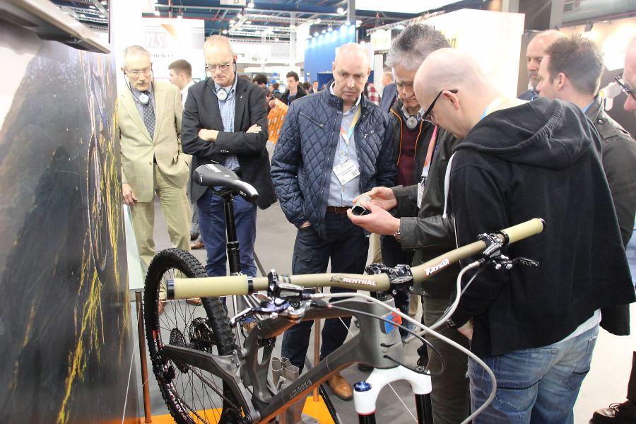 De interesse voor de Guided Tour 3D op de techniShow was vorige week groot. Op de foto bekijken enkele deelnemers de 3D geprinte fiets van Renishaw.