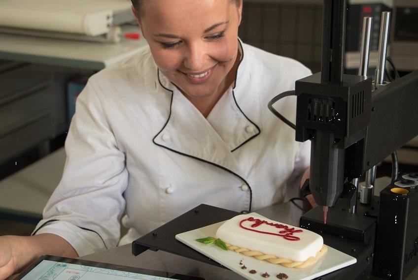 De start up winnaar van vorig jaar, Print2Taste, heeft het 3D printen van levensmiddelen verder door ontwikkeld en demonstreerde live het printen van marsepein (Foto: Print2Taste)