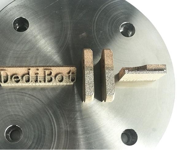 DediBot mengt twee metalen in poederbed metaalprinter