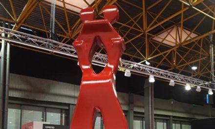 Van afval 3D geprint standbeeld op Eurofinish+Materials